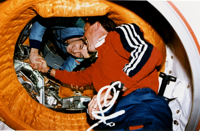 Astronaut_Gibson_Shakes_Hands_with_Cosmonaut_Dezhurov_-_GPN-2002-000062